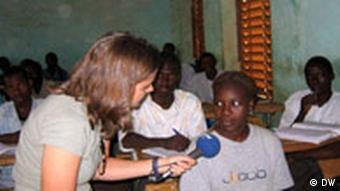 Reporterin interviewt Mädchen in Burkina Faso