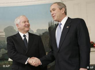 Robert Gates felicitat de George W. Bush