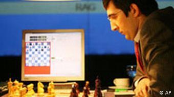 Schachweltmeister Vladimir Kramnik vor dem Schachbrett. Quelle: Hermann J. Knippertz