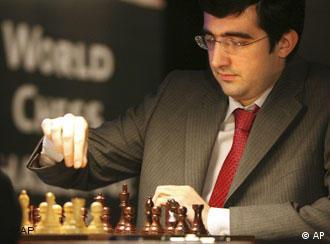 Schachweltmeister Vladimir Kramnik vor dem Schachbrett. Photo: Hermann J. Knippertz