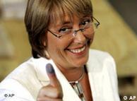 Michelle Bachelet, presidenta de Chile, al momento de votar.