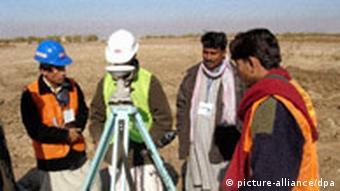 Vermessungsingenieure beim Straßenbau in Afghanistan (Quelle: dpa)