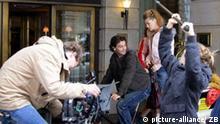 Eine Rikscha vor dem noblen Berliner WestinGrand in der City, aufgenommen am 25.10.2006. Die Szene ist gestellt, handelt es sich dabei doch um eine Sequenz bei den Dreharbeiten zum neuen SAT.1-Film Drei Frauen, ein Millionär und die ganz grosse Liebe. Foto: Jens Kalaene +++(c) dpa - Report+++