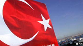Türkei Istanbul Flagge und Schiff am Bosporus