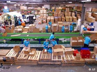 Ehrenamtliche Helfer packen in Kopenhagen Hilfspakete für UNICEF