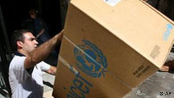 UNICEF-Pakete werden entladen