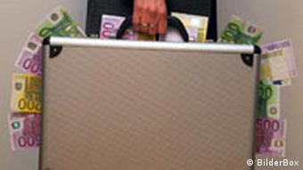 Symbolbild Korruption Mann mit Geldkoffer