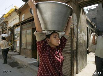 Ein Kind trägt einen Metallbehälter