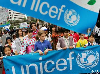UNICEF-Banner und Demonstranten, Quelle: AP