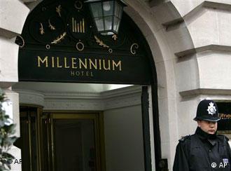 У входа в гостиницу Millenium Hotel