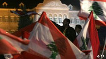 Libanon Hisbollah Demonstration mit Flagge in Beirut