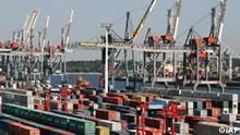 ** ARCHIV ** Container stehen am 29. Juli 2004 am Eurokai im Hafen von Hamburg. Die deutsche Exportwirtschaft boomt weiter: Der Wert der Ausfuhren aus der Bundesrepublik stieg im Oktober 2006 um 22,6 Prozent auf 84,1 Milliarden Euro, wie das Statistische Bundesamt am Freitag, 8. Dezember 2006, anhand vorlaeufiger Ergebnisse mitteilte. (AP Photo/Fabian Bimmer)