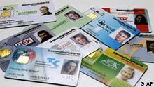 BdT Die neuen elektronischen Gersundheitskarten verschiedener Krankenversicherungen bei der Vorstellung am Montag, 11.Dezember 2006