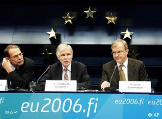 Javier Solana, Erkki Tuomioja und Olli Rehn bei einer Pressekonferenz in Brüssel (von links, Foto: AP)
