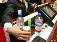 胡海峰曾执掌的威视公司2006年展示液体扫描仪