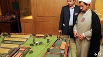 Auf der so genannten Holocaust-Konferenz in Teheran betrachten Teilnehmer ein Modell des Konzentrationslagers Treblinka (Quelle: AP)