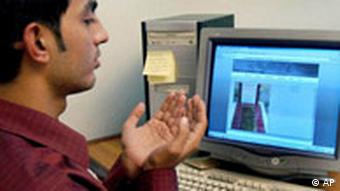 Pakistan Muslim betet vor seinem Computer Internet Pakistan