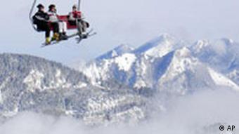 Skifahrer im Sessellift Alpen