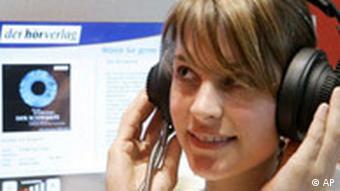 Ein Mädchen hört ein Hörbuch vor einem Computerbildschirm (Foto: AP)