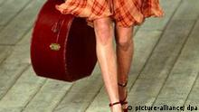 Frau mit Koffer Symbolbild Reise Immigration