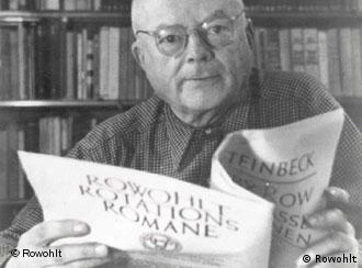 Verlagsgründer Rowohlt mit einem Rotationsroman (Quelle: Rowohlt)