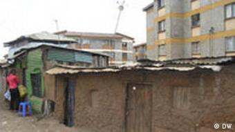 Lehmhütten und die neue Apartmenthäuser