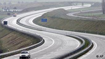 Blick auf die Autobahn A17 kurz vor Freigabe eines neuen Teilstücks nahe der deutsch-tschechischen Grenze (Foto: AP)