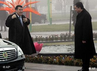 Бердымухамедов, еще вице-премьер, встречает президента Ниязова