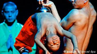 A young Shaolin monk is lifted by another monk EPA/KOCA SULEJMANOVIC +++(c) dpa - Bildfunk+++