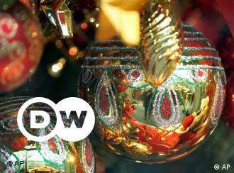 Weihnachtsbäume werden in Mitteleuropa mit Weihnachtskugeln, Lametta, Kerzen, Lichterketten, Engeln oder anderen Figuren festlich geschmückt.