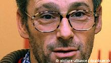 Filmregisseur Dani Levy («Alles auf Zucker», Foto vom 09.12.2005) dreht eine Komödie über Adolf Hitler. Die Dreharbeiten für den Streifen «Mein Führer» sollen im Januar beginnen, sagte der Filmemacher der dpa in Düsseldorf. Er wolle mit dem Film ein «Anti-Signal» gegen die historischen Hitler-Dokumentationen der letzten Zeit setzen. «Die Figuren werden in diesen Filmen zu sehr auf einen Sockel gehoben», sagte der 48- Jährige. Foto: Horst Ossinger dpa/lnw +++(c) dpa - Report+++ Bild für Kalenderblatt