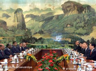 Chinas Präsident Hu Jintao beim Treffen mit Sudans Präsident Omar al-Bashir in Peking, Quelle: dpa