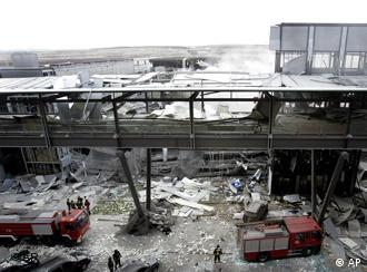 Feuerwehrmänner bei Aufräumarbeiten nach dem Bombenanschlag im Parkhaus des neuen Madrider Flughafens (Quelle: AP)