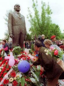 Statue von Todor Zhivkov in Pravetz - Menschen legen Blumen zum 90. Geburtstag des ehemaligen Staatschefs nieder (Foto: ap)