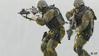 Nicht identifizierte Soldaten des Kommando Spezialkraefte (KSK) der Bundeswehr bei einer Uebung in der Graf-Zeppelin-Kaserne