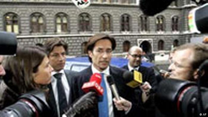 Karl-Heinz Grasser talking to the press in 2007