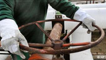 Radnik drži kotač slavine