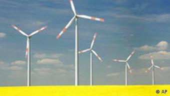 Ветряные энергогенераторы в Германии на фоне рапсового поля