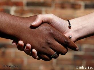 Händeschütteln einer weißen und einer schwarzen Hand (Quelle: BilderBox)