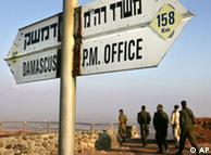 Israelische  Soldaten in der Nähe eines alten Militärpostens auf den Golan-Höhen  (Foto: AP)