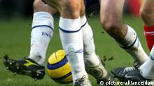 Wessen Beine befinden sich hier im Kampf um den Ball? Aufgenommen am 29.12.2004 im Spiel der englischen Fußball-Premier-League zwischen Charlton Athletic und dem FC Everton (2:0). +++(c) dpa - Report+++
