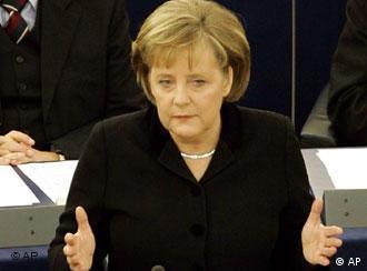 Angela Merkel redet vor dem EU-Parlament in Straßburg