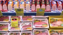 **ARCHIV** Wurstprodukte stehen am Mittwoch, 17. Jan. 2007 in Berlin waehrend der Agrar Messe 'Gruene Woche 2007' auf dem Stand des Lebensmittel Discounters Lidl. (AP Photo/Michael Sohn) --- **FILE** Food products are seen at a stand of the food discounter Lidl at the agricultural fair 'International Green Week 2007' in Berlin, Germany, Wednesday, Jan. 17, 2007. (AP Photo/Michael Sohn)