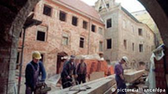 Ein historischer Innenhof in dem Haus, in dem Lucas Cranach in Wittenberg lebte, wid renoviert. (Foto: dpa)