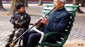 Ein alter Mann spielt in einem Pekinger Park Flöte für einen Jungen. Die Idylle trügt, denn es fehlt an Mädchen