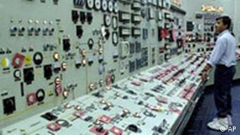 Mann überwacht Instrumente im Kontrollraum im Atomkraftwerk Kalpakkam (Quelle: AP)