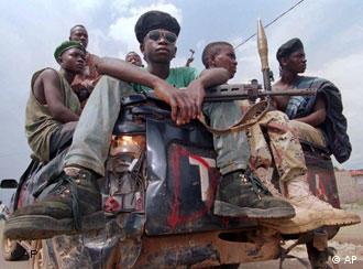 Afrikanische Kinder mit Waffen in den Händen sitzen auf einem Pick-Up-Fahrzeug (AP Photo/David Guttenfelder)
