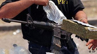 Kokain und eine Maschinenpistole (Foto: AP)