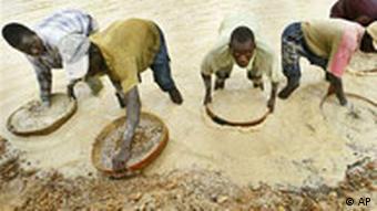 Minenarbeiter schürfen Diamanten in Sierra Leone(Foto: AP)