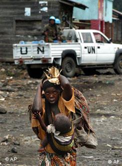 Camioneta de las NN. UU. y madre con hijo en Congo: la difícil defensa de los DD. HH.
